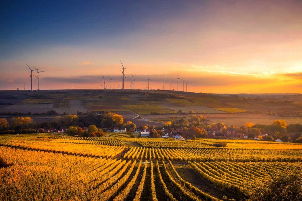 Feld Sonnenuntergang Windkraftanlage