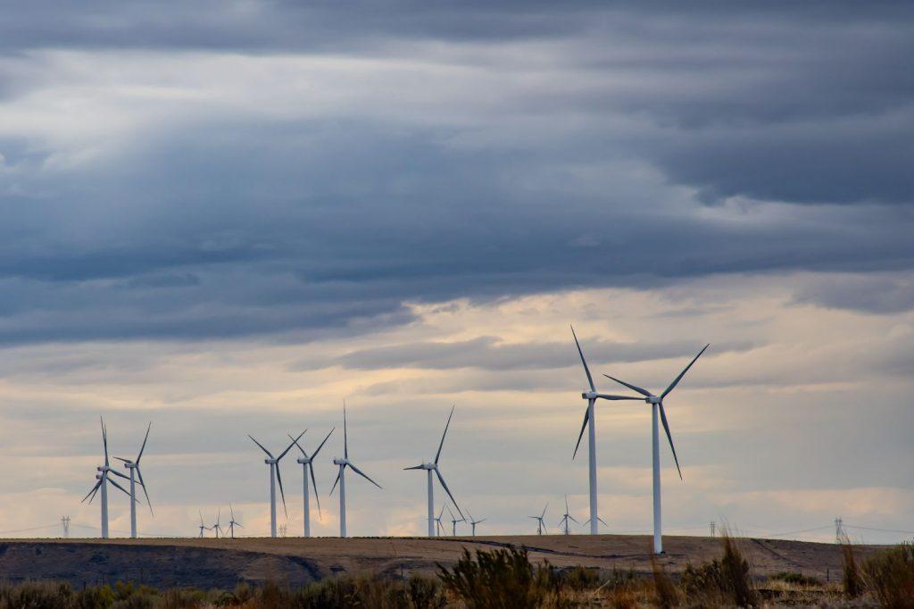 Windräder auf dem Feld vor aufziehendem Gewitter