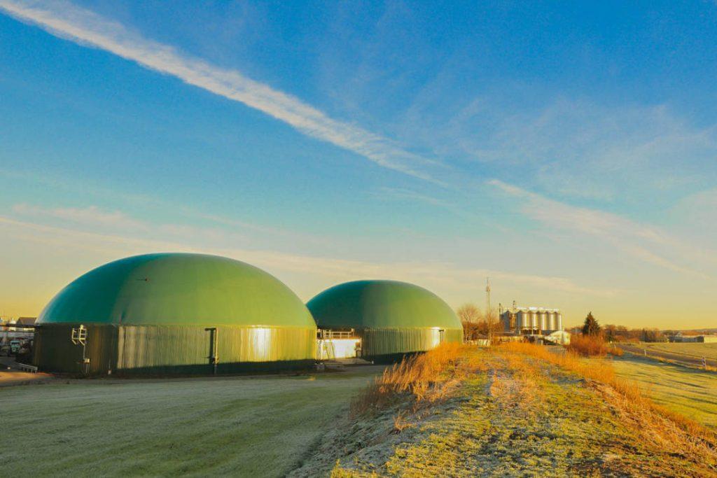 Zwei Biogasanlagen auf Feld