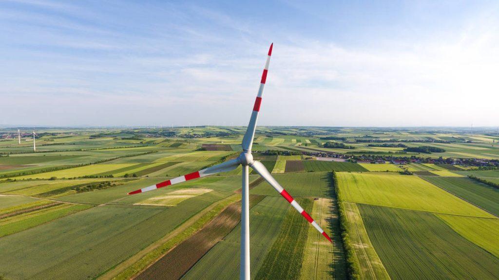 Nahaufnahme weiß-rote Rotorblätter einer Windkraftanlage auf Feld