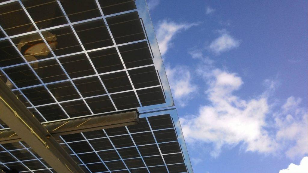moderne Photovoltaikanlage und Himmel