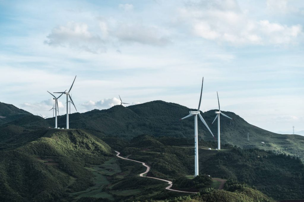 Windkraftanlagen auf begrüntem Berg
